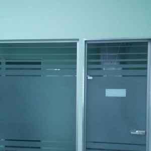 стеклянная дверь и перегородка